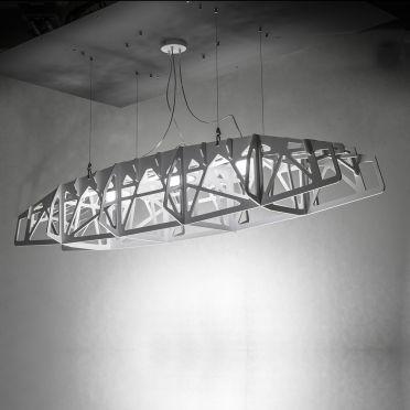 Duża nowoczesna lampa wisząca pomiędzy brzegami przypominająca konstrukcję mostu